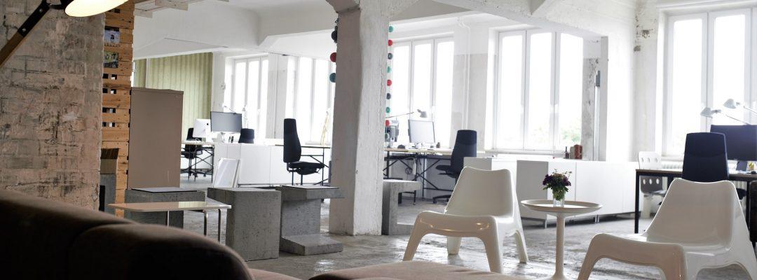 Büroblick vom Sofa in der Bürogemeinschaft Stadtveränderer_Breitbild (Foto: Matthias Bötz)