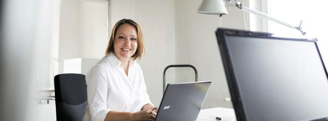 Inhaberin Kirsten Gulau im Büro, frontal (Foto: Matthias Bötz)_Breitbild