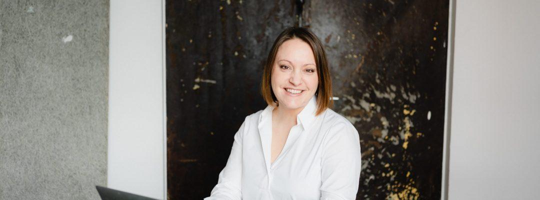 Inhaberin Kirsten Gulau im Büro (Foto: endlichbilder)
